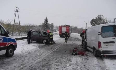 W niedzielny poranek w Opatowie zderzyły się dwa samochody: land rover i renault masters.