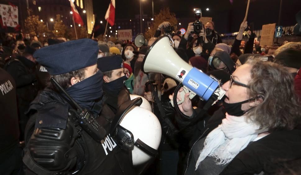"""Film do artykułu: """"Policja to teraz prywatna armia Kaczyńskiego"""". Strajk Kobiet krytykuje użycie siły podczas protestów w Warszawie"""