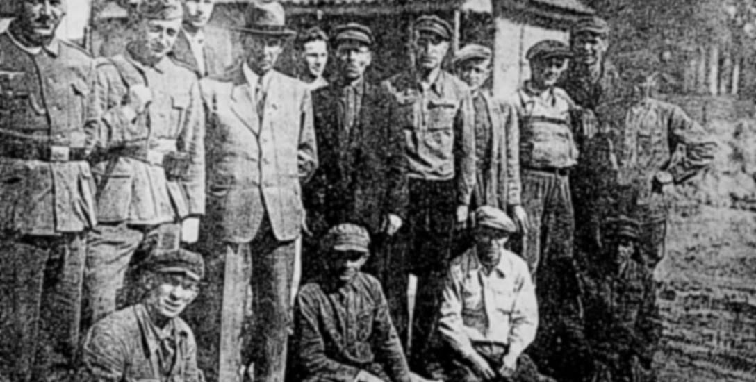 Grupa więźniów obozu w Starosielcach przed wywózką do Prus Wschodnich. Zdjęcie wykonano w maju 1944 roku.