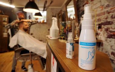 Nowe zasady w salonach - u fryzjera i kosmetyczki. Dwa metry odstępu, maseczka, zakaz używania telefonu