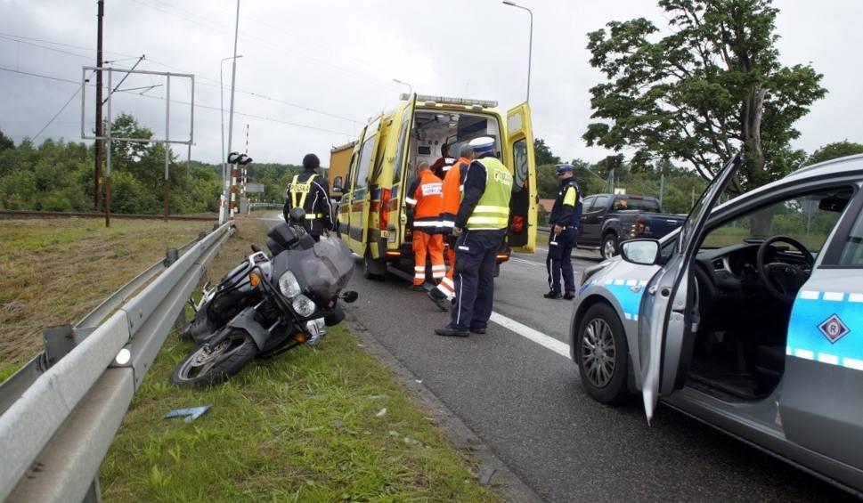 Film do artykułu: Wypadek motocyklisty w Sycewicach na krajowej szóstce. Motocyklista w szpitalu (zdjęcia)