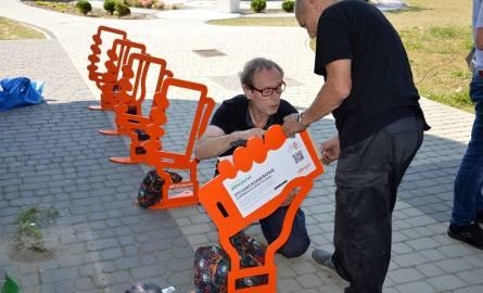 Montaż stojaków na rowery przy Bibliotece Międzyuczelnianej