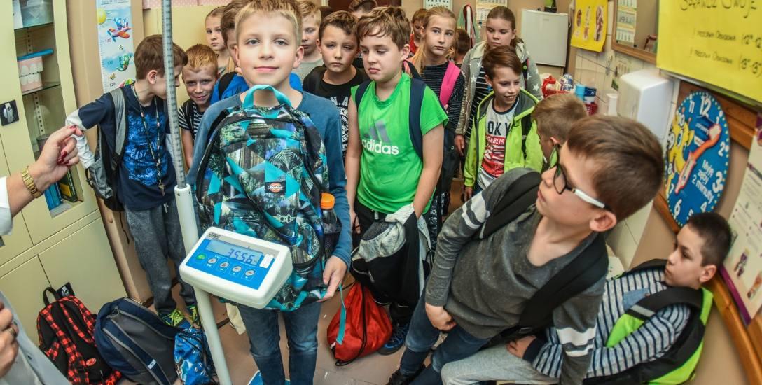 Ciężkie tornistry to jedno. Uczniowie borykają się także z dużą ilością zadań domowych, która na nich spada.