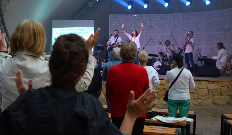 Film do artykułu: Zespół Kadosz w Radomiu. Koncert uwielbienia w parku Kościszki w ramach Tygodnia Ewangelizacyjnego 2018. Ksiądz: tak głosimy Dobrą Nowinę