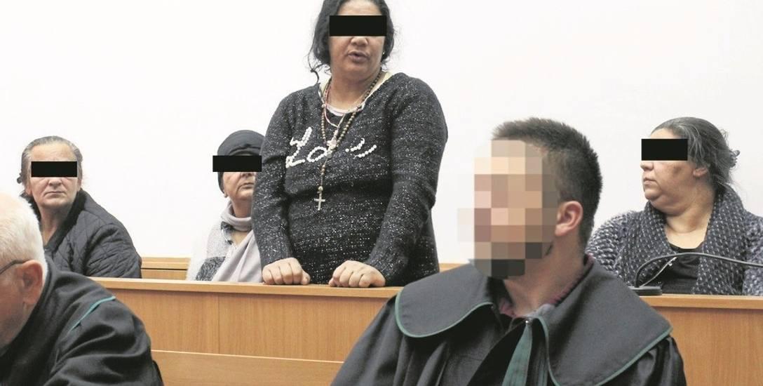 Oskarżone na sali rozpraw krakowskiego sądu: Balbina M., Janina T., Kornelia K. i Małgorzata C. Ciąży na nich 10 zarzutów dokonania kradzieży i rozbojów.
