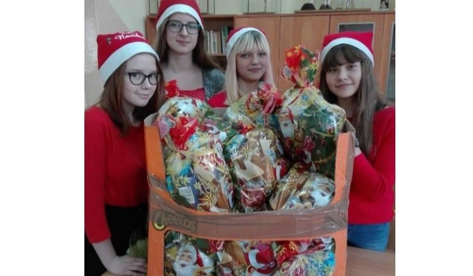 Film do artykułu: Koło Wolontariatu ze Szkoły Podstawowej w Młodzawach przygotowało mikołajkowe paczki dla chorych dzieci [ZDJĘCIA]