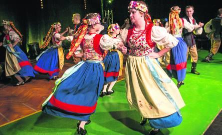 Kolorem, ruchem, rytmem i dobrym klimatem podczas prób zespoły mniejszości przyciągają nowych tancerzy i śpiewaków.