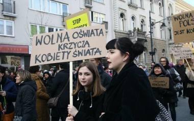 Łodzianki protestowały na Piotrkowskiej podczas Strajku Kobiet 8 marca 2017 roku