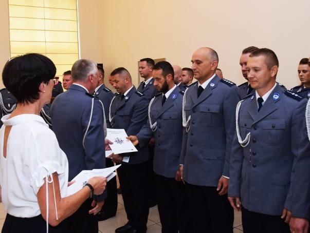 Awanse zawodowe, gratulacje w środę odebrali policjanci z Grudziądza. Na wyższe stopnie mianowano 76 funkcjonariuszy. Po części oficjalnej,  dalsze obchody