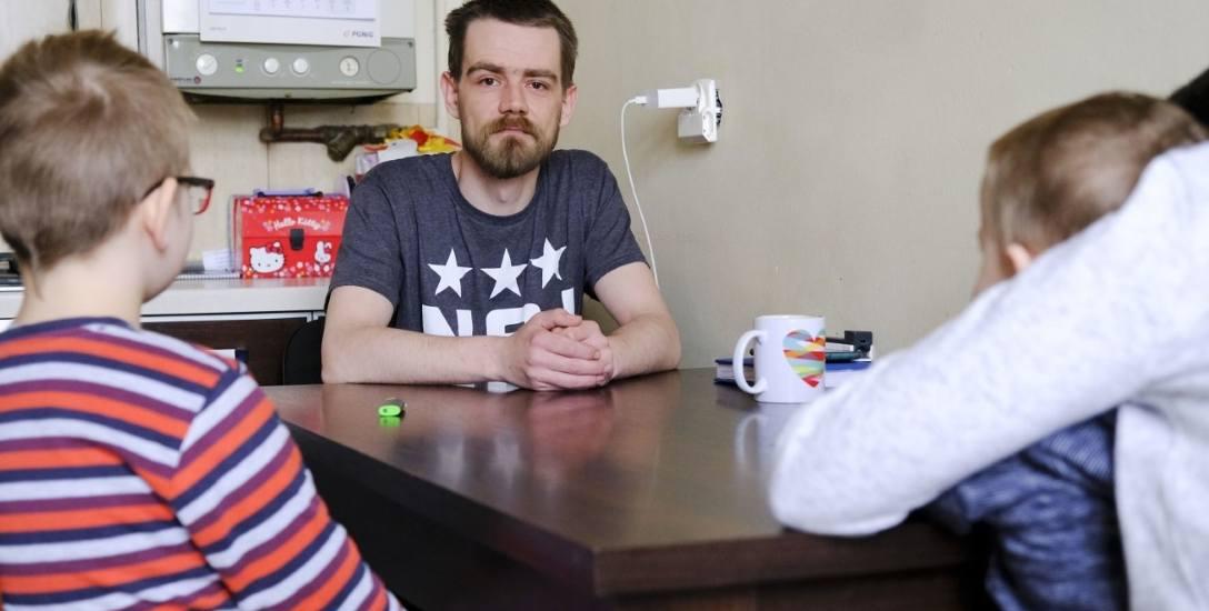 """Samotny ojciec z Torunia: """"Dom dziecka lepszy od rodziny?!"""" Tak uznali biegli sądowi"""