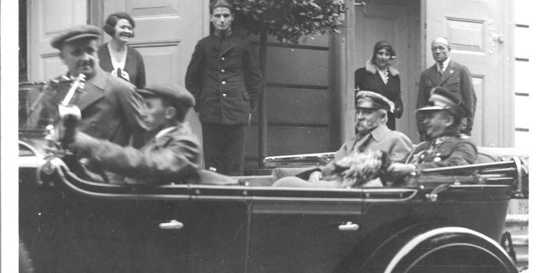 Marszałek Polski Józef Piłsudski w podróży na przedstawienie teatralne w Łazienkach Królewskich w Warszawie