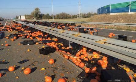 Na autostradzie A2, obok węzła Modła w Koninie z ciężarówki wysypały się dynie. W kierunku Poznania trasa jest częściowo zablokowana.