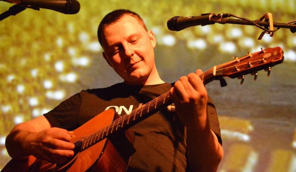 Film do artykułu: Zielonogórski muzyk i songwriter Jarosław Gil z zespołów Bullfinch, Cadillac - w ramach aukcji WOŚP - napisze piosenkę na zamówiony temat