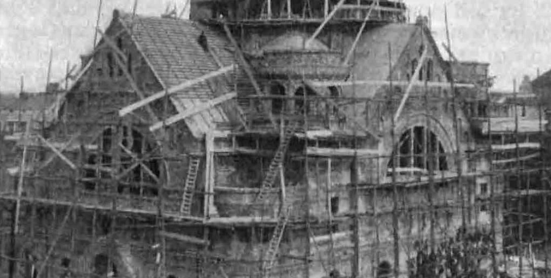 Otoczona lasem drewnianych rusztowań, główna synagoga przy ul. Grodzkiej w końcowym etapie budowy w 1908 r. Uchodziła za jedną z najbardziej okazałych