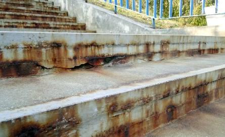 Metalowe kątowniki, zabetonowane dwa lata temu w stopniach, wymagają wymiany.