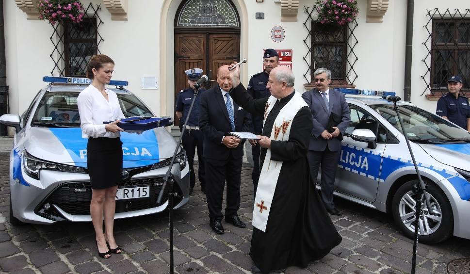 Film do artykułu: Policja w Rzeszowie otrzymała cztery hybrydowe radiowozy [WIDEO, ZDJĘCIA]