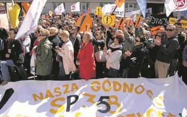 Nauczyciele z całej Polski pikietowali we wtorek przed siedzibą Ministerstwa Edukacji Narodowej