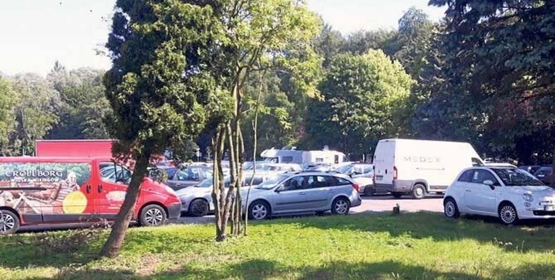 Parking przy ul. Fredry będzie w sezonie bezpłatny. Miasto rozwiązało umowę z dzierżawcą za porozumieniem stron