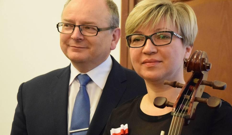 Film do artykułu: Burmistrz Końskich oklaskiwał żonę grającą na wiolonczeli