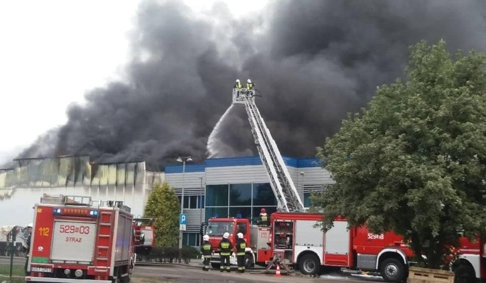 Film do artykułu: Pożar zakładu Iglotex w Skórczu 27.05.2019. Spłonęły hala produkcyjna i magazyny. Poszkodowanych zostało 2 strażaków! [zdjęcia, wideo]