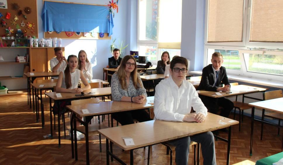 Film do artykułu: Egzamin gimnazjalny w SP 29 w Dąbrowie Górniczej zmagają się z egzaminem językowym ZDJĘCIA