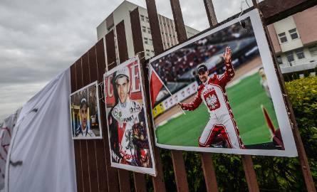 Kibice wspierają Tomasza Golloba przed szpitalem.