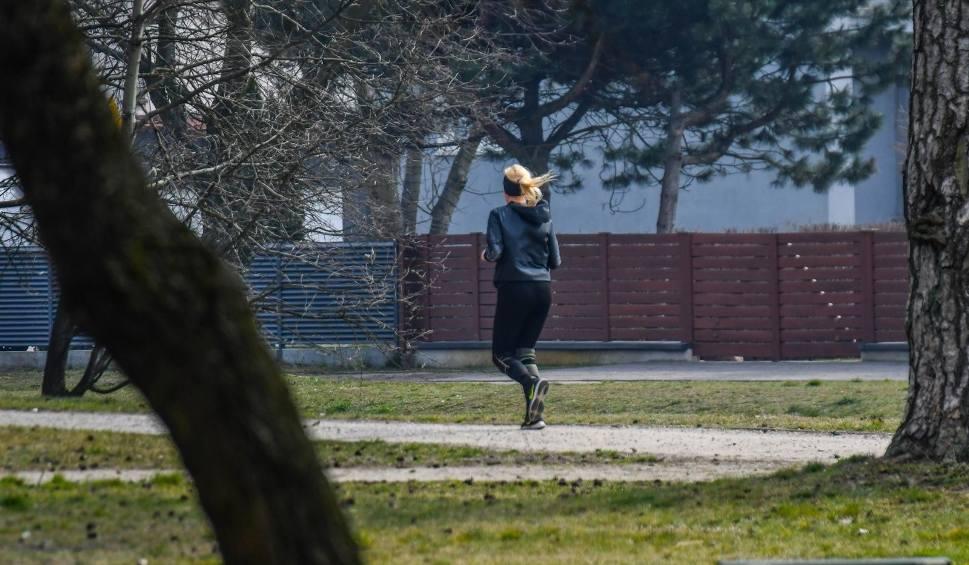 Film do artykułu: Czy można biegać i jeździć na rowerze? Kiedy to jest dozwolone? Nowe obostrzenia związane z koronawirusem od 1 kwietnia 2020 r.