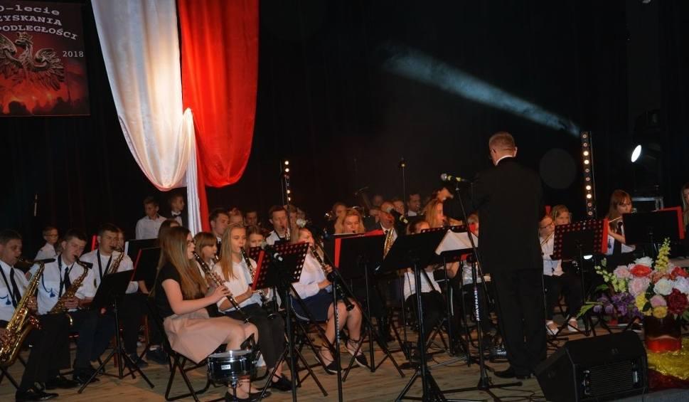 Film do artykułu: Piękny koncert niepodległościowy we Włoszczowie na cztery orkiestry