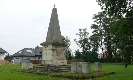 Głubczycki pomnik przy ul. Skłodowskiej upamiętniający żołnierzy radzieckich to totalna ruina. Nie przynosi chluby nikomu.