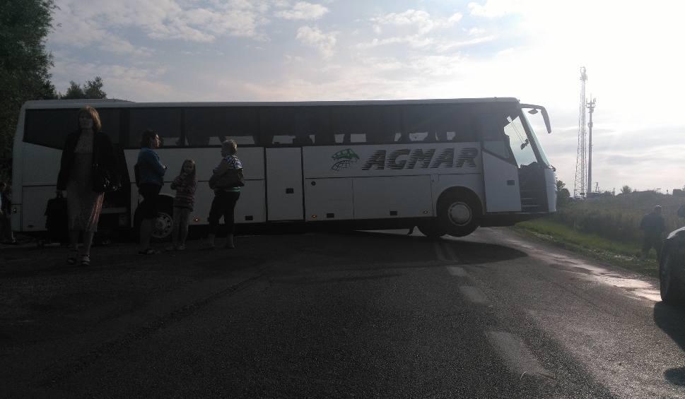 Film do artykułu: Rewal. Autobus w rowie blokuje drogę 102
