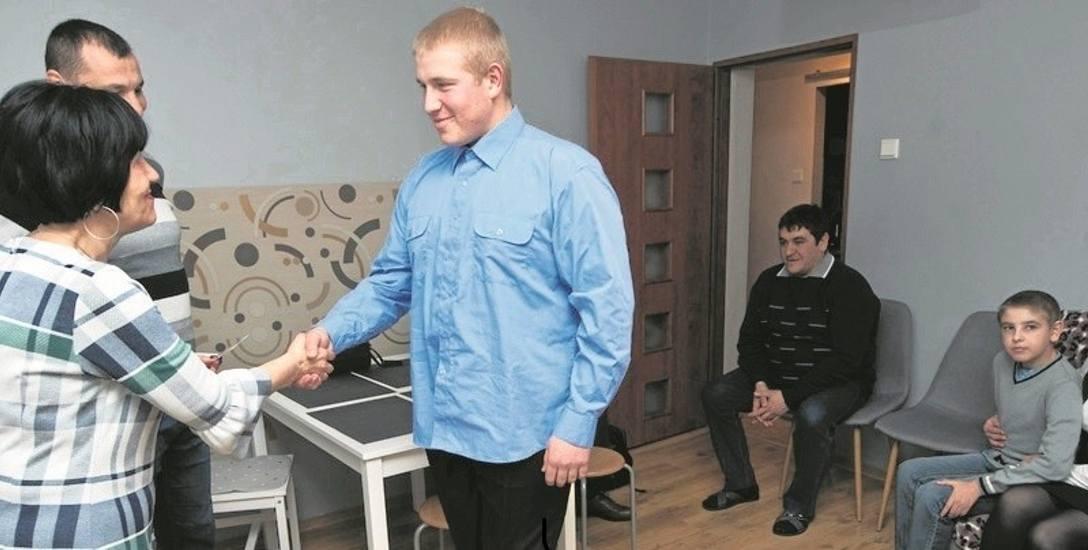 Najstarszy syn Arutyun Minassyan odbiera swój dowód osobisty z rąk Ewy Korczak