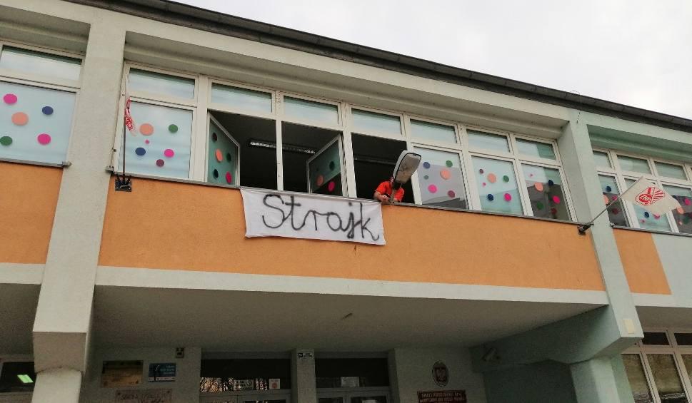 Film do artykułu: Kołobrzeg mimo strajku nauczycieli gotów do egzaminu ósmoklasistów. Rozpocznie się w poniedziałek, potrwa do środy