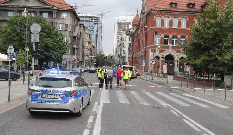 Film do artykułu: Tragiczny wypadek w Katowicach. Młoda dziewczyna zginęła potrącona przez autobus. Dlaczego kierowca ruszył?
