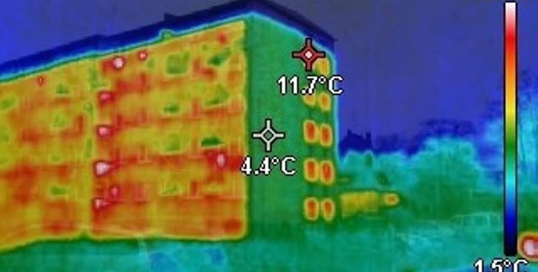 Zobacz jak ucieka ciepło z bloku, obraz z kamery termowizyjnej bloku przy ul. Zamenhofa 1 w Nowej Soli. W takiej sytuacji koszty ogrzewania muszą być
