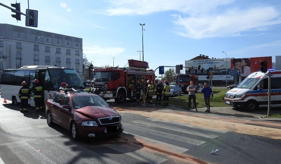 Film do artykułu: Białystok. Wypadek w centrum Białegostoku. Na Placu Niepodległości bus z pasażerami zderzył się ze skodą (ZDJĘCIA]