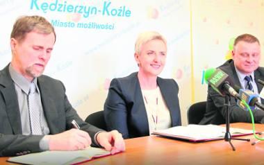 Sabina Nowosielska nie jest specjalnie zasmucona faktem, że PO nie będzie jej popierała. Na zdjęciu ze swoimi zastępcami: A. Maruszczakiem i W. Jagi