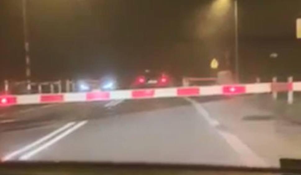 Film do artykułu: Kierowca Taxi ignoruje zapory kolejowe [FILM INTERNAUTY]