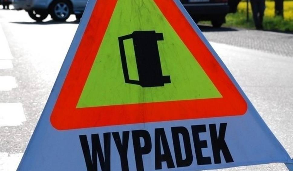 Film do artykułu: Gmina Zakrzew. Wypadek w Mleczkowie. TIR uderzył w maszynę budowlaną. Kierowcę ratowali strażacy
