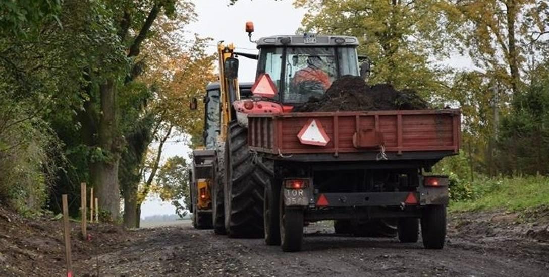 Remont drogi do  Bursztynowa powinien zakończyć się najpóźniej w styczniu przyszłego roku.