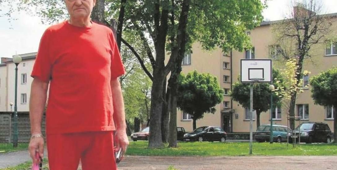 Jerzy Błaszczyk, mieszkaniec os. Chemików uważa, że stan  boiska przy ul. Kochanowskiego zniechęca młodzież do gry tutaj