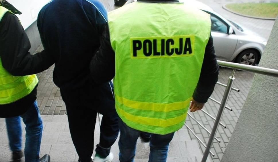 Film do artykułu: Zwłoki 52-latka w bramie w Wejherowie. Policja zatrzymała 37-latka, który usłyszał zarzuty