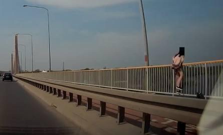 Czytelnik wysłał nam nagranie z kamery samochodowej. Kobieta właśnie przechodziła przez barierkę, gdy nagrała ją kamera