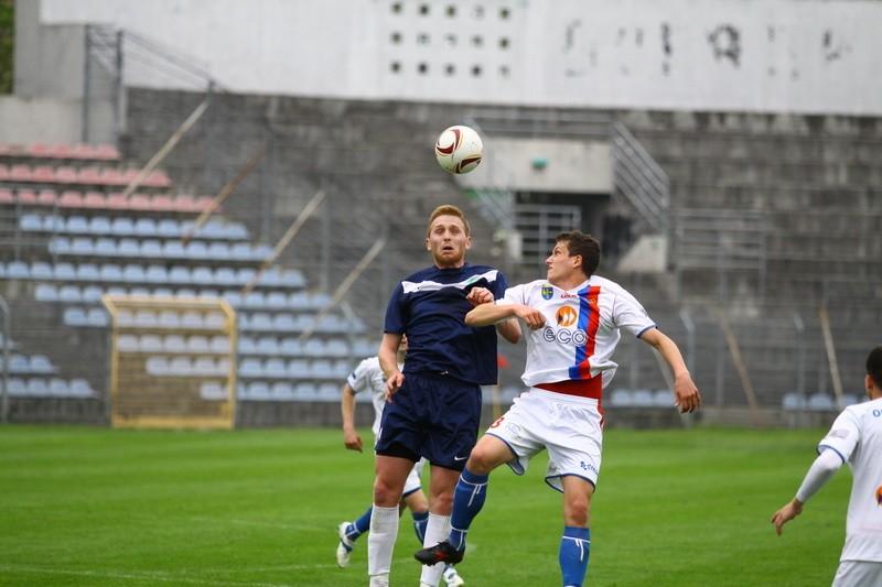 Mecz Odra Opole - Swornica Czarnowąsy. O górną piłkę walczą: Błażej Wróbel ze Swornicy (z lewej) i zdobywca drugiego gola dla gospodarzy Damian Zawieja.