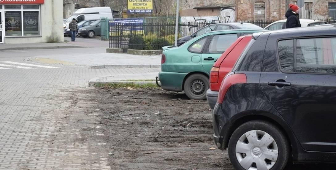 Trawiasta nawierzchnia nowego parkingu zamieniła się w błoto