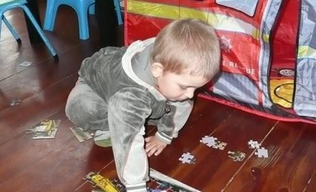 Jedną ze stereotypowych zabaw jest układanie puzzli. Mama Marcela tłumaczy, że on się nie bawi, tylko je układa i rozkłada. Mógłby to robić cały dzień,