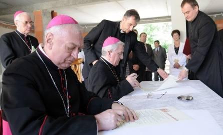 Akt wmurowania podpisali: (od lewej) ordynariusz diecezji toruńskiej ks. bp Andrzej Suski i nuncjusz apostolski w Polsce abp Celestino Migliore