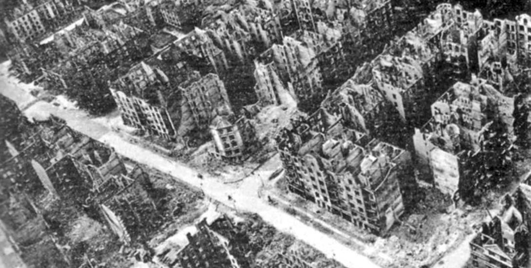 Spalone budynki po bombardowaniu Hamburga w czasie II wojny światowej