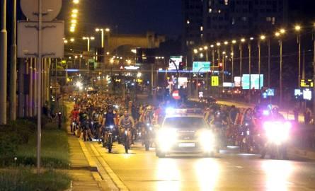 Masa Krytyczna: 300 rowerzystów przejechało wieczorem ulicami miasta