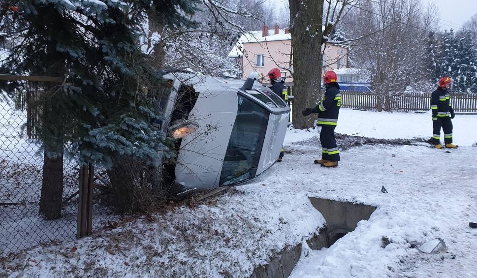 Film do artykułu: Parszów. Osobowy volkswagen uderzył w przepust i zatrzymał się na boku. 19-latka w szpitalu