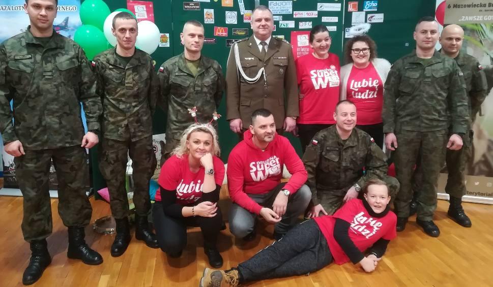 Film do artykułu: Szlachetna Paczka 2018 w Radomiu. Żołnierze Wojsk Obrony Terytorialnej z Radomia przekazali materiały budowlane oraz wyposażenie łazienki